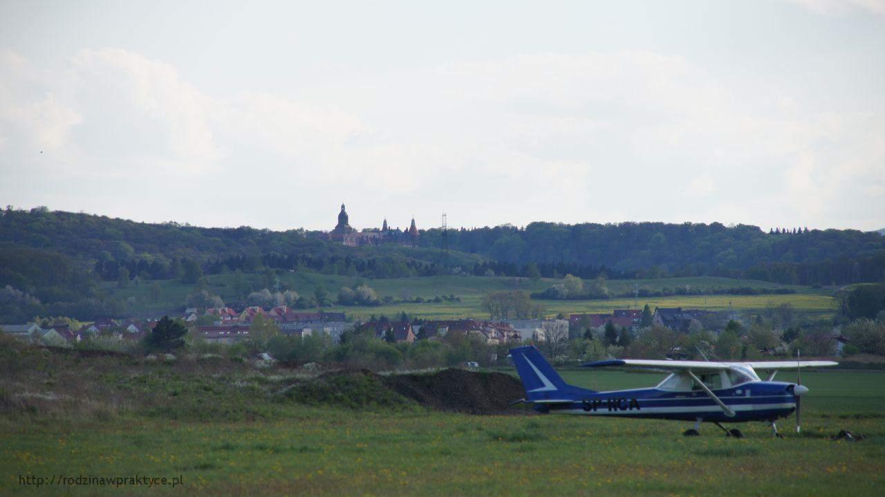 widok z lotniska na zamek książ