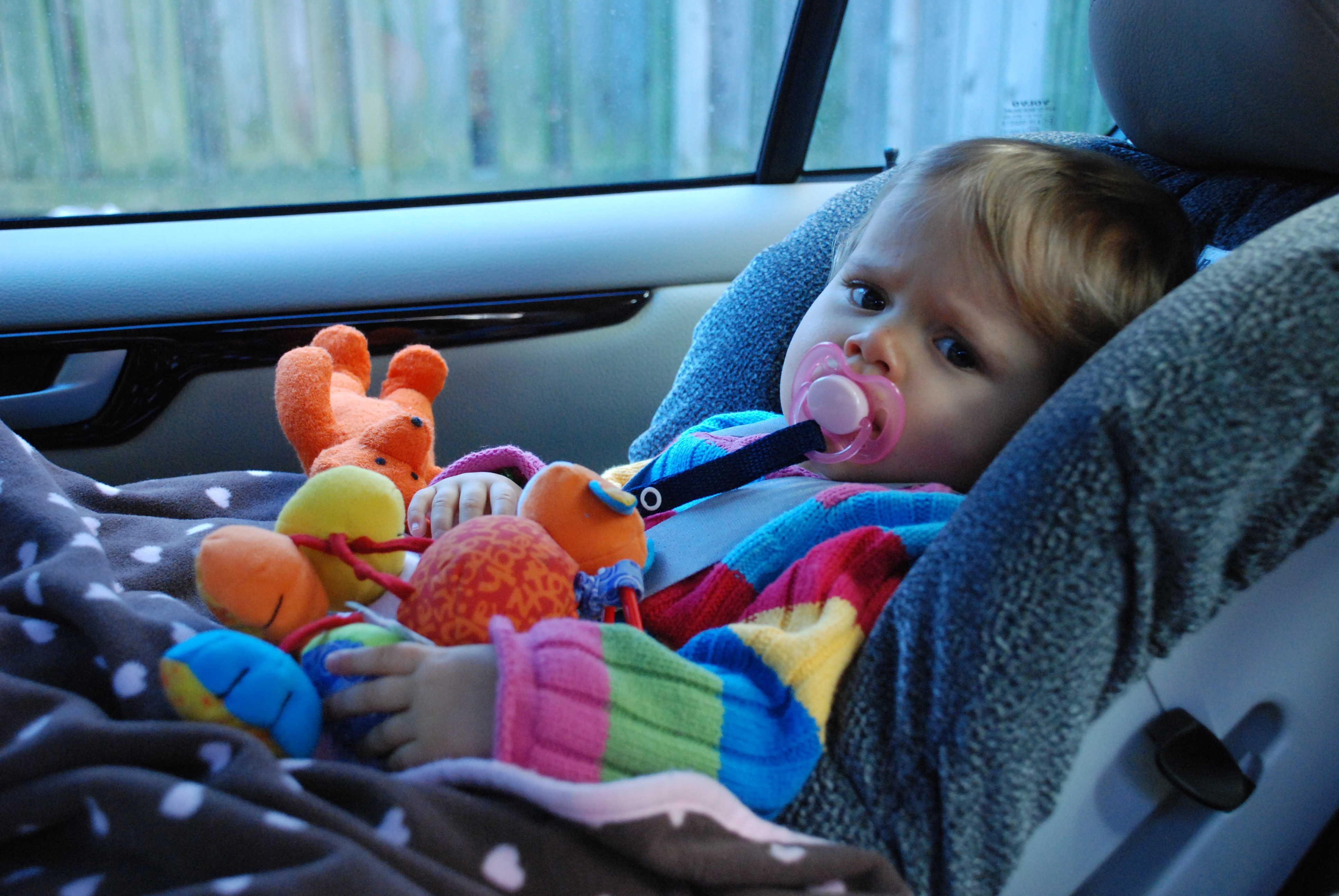 Mały chłopiec w foteliku samochodowym