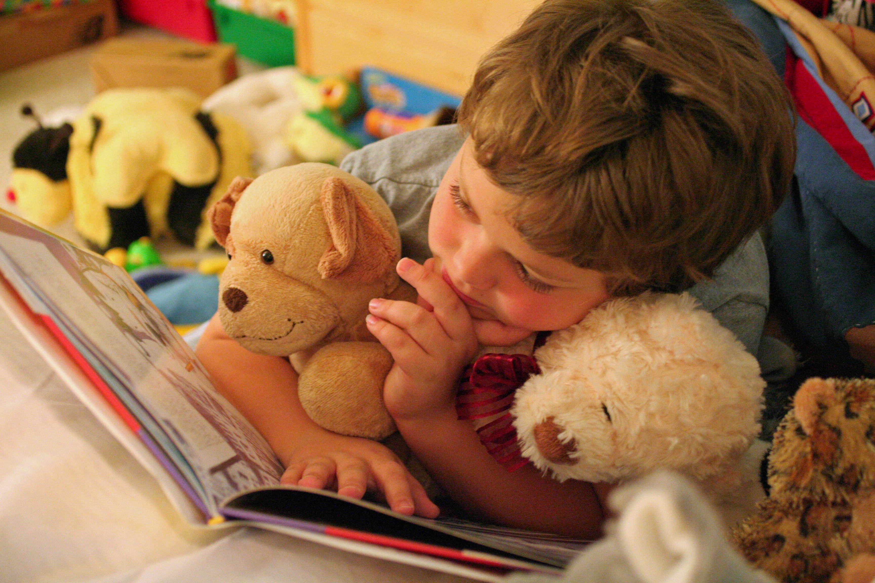 chłopiec z misiem czyta książkę