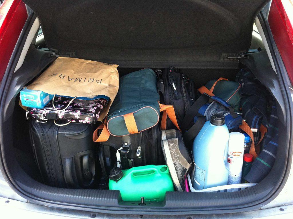 bagażnik samochodu wypełniony walizkami