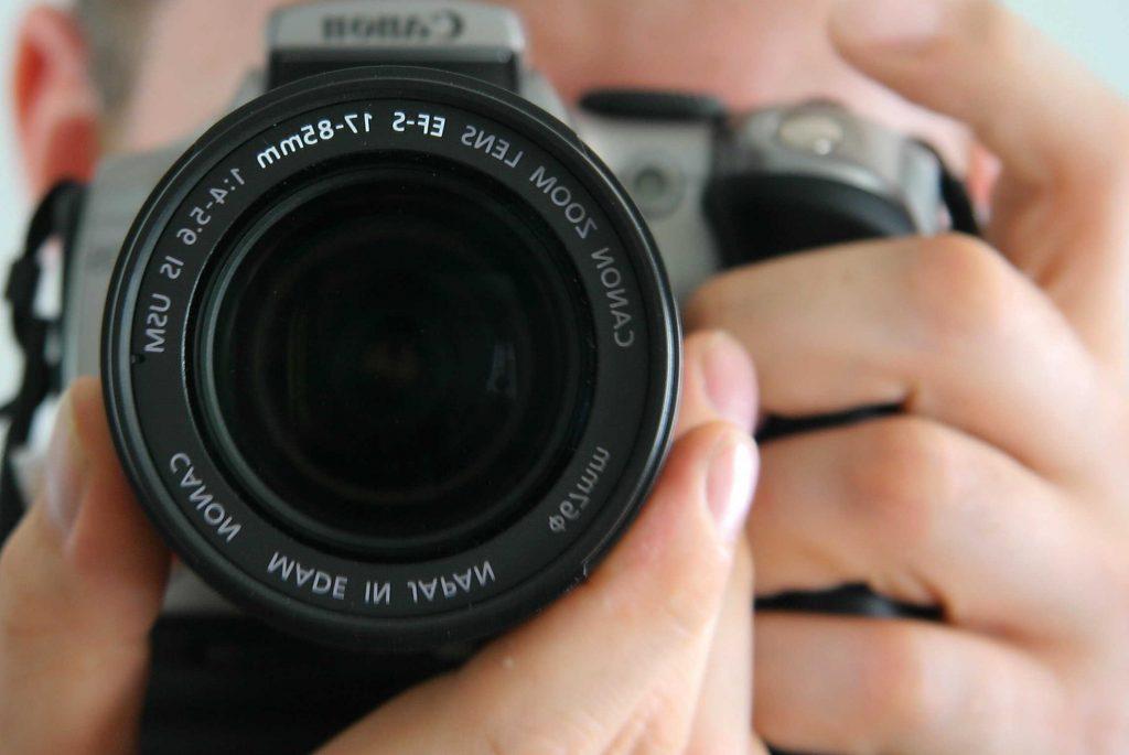 zbliżenie na obiektyw aparatu fotograficzenego