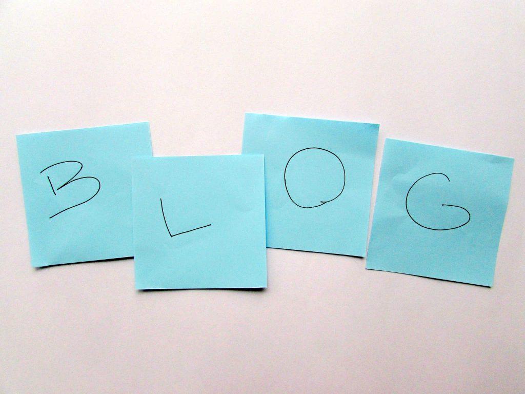 Litery na niebieskich karteczkach tworzące napis BLOG