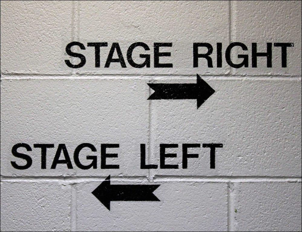 Napisy na murze - stage right, stage left