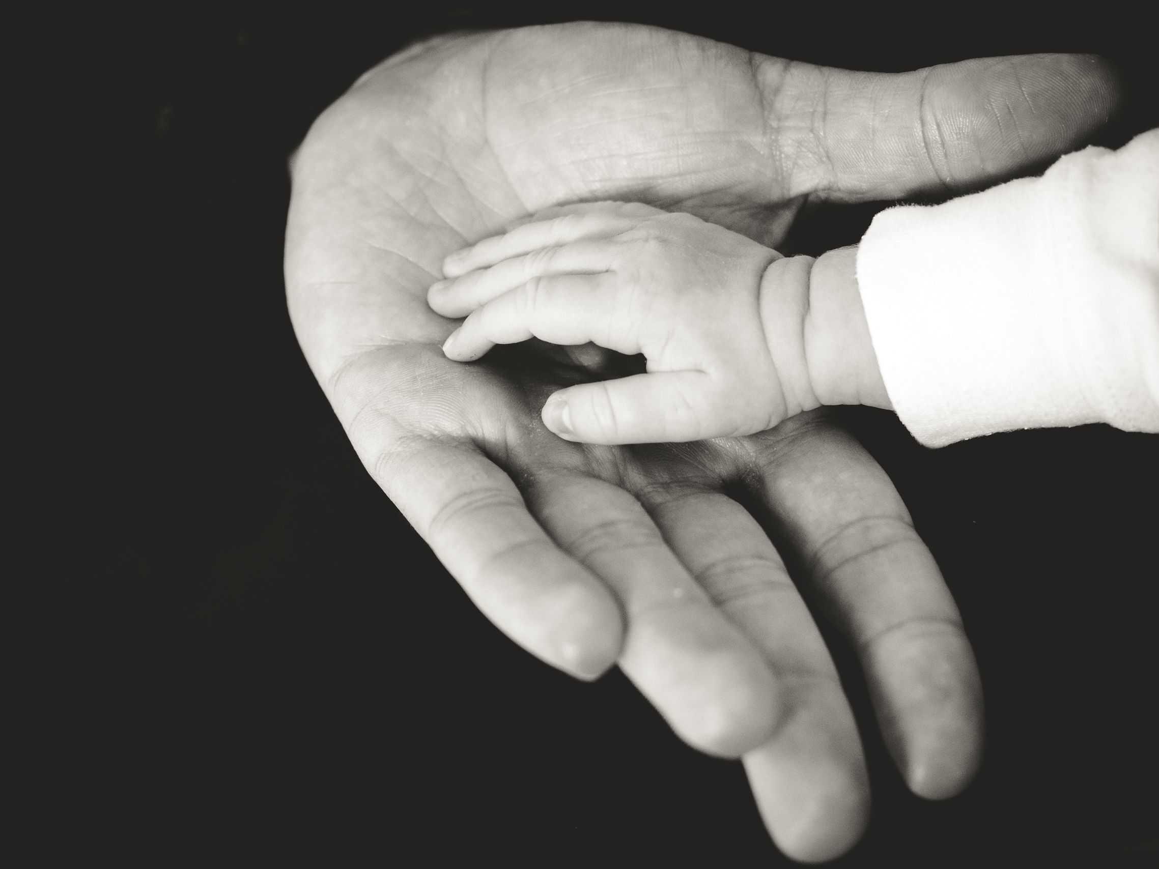 ręka dziecka na ręce dorosłego - w ten sposób nie pomagasz