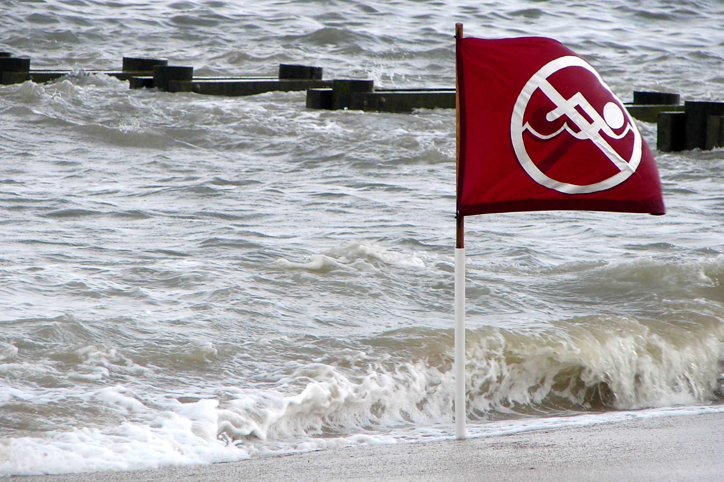 Czerwona flaga nad morzem
