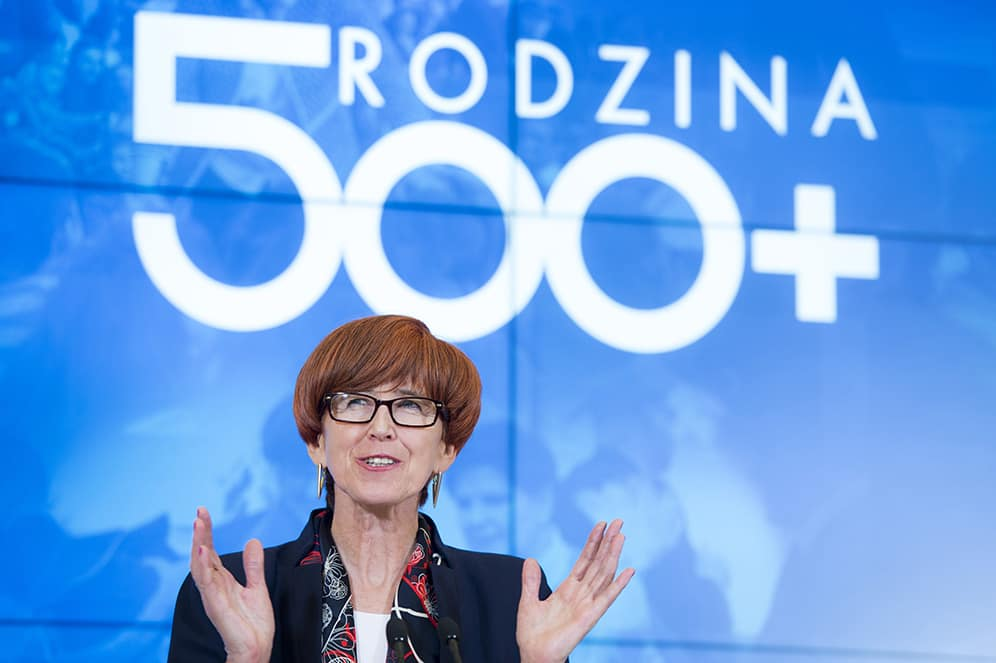 Elżbieta Rafalska na tle Rodzina 500 plus